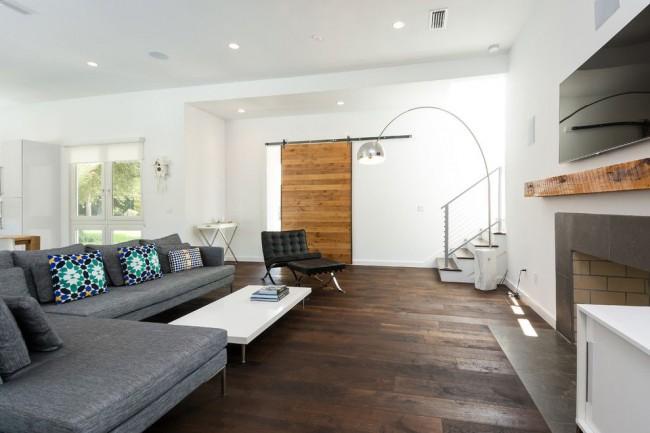 Гостиная в современном стиле с деревянной дверью