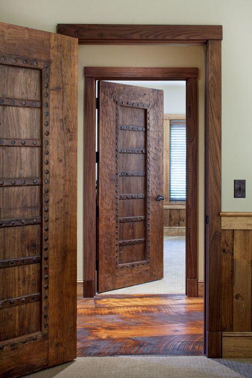 Двери из натурального дерева смотрятся богато и очень стильно