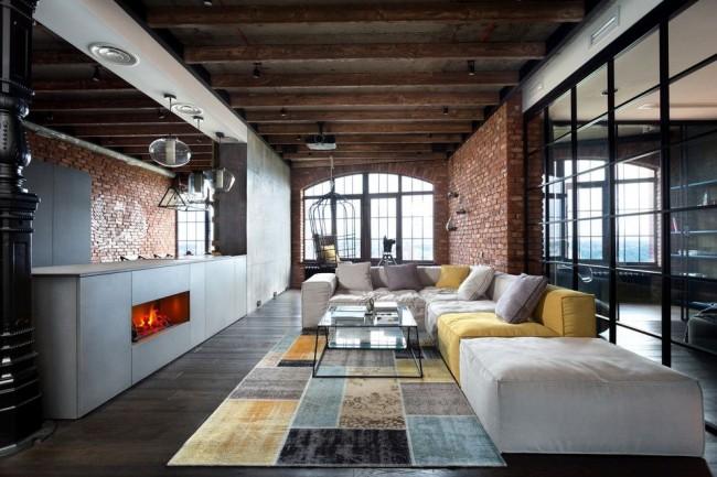 Потолок с деревянными балками в зале стиля лофт
