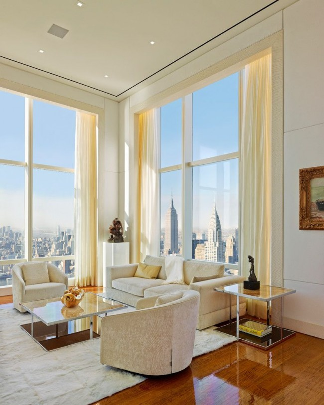 Красивый интерьер зала с панорамными окнами