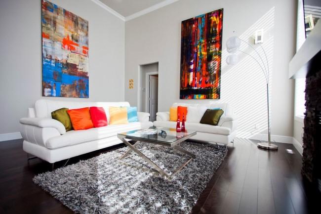 Интересный интерьер зала с использованием ярких тонов