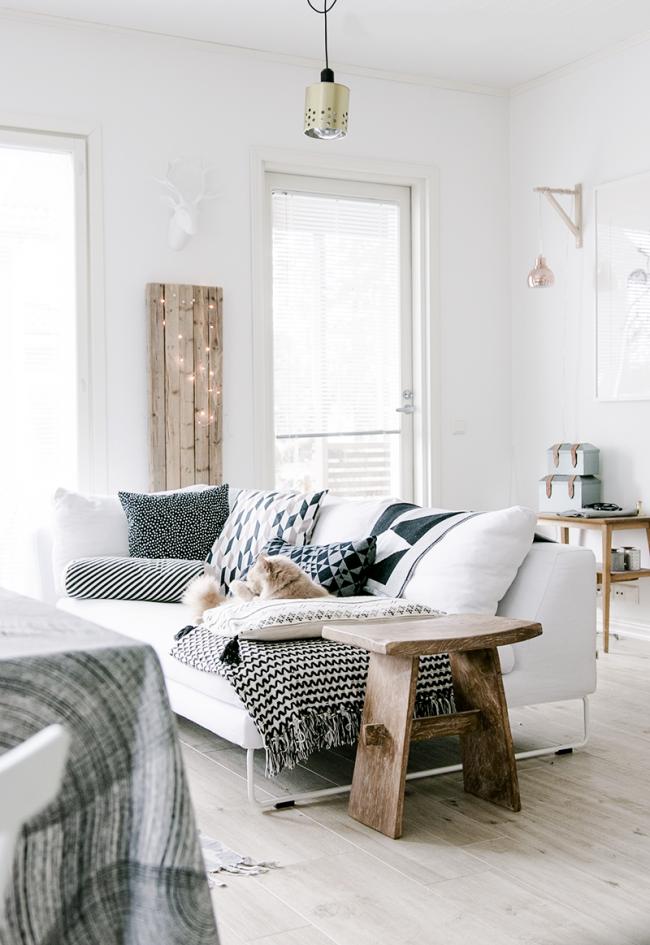 Белый фон в интерьере любой комнаты выглядит удачно за счет влияния на помещение