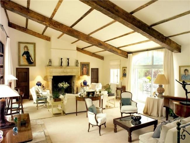 Кремовые шторы идеально гармонируют со всем интерьером, оставаясь почти незамеченными, и, что важно, отлично пропуская свет