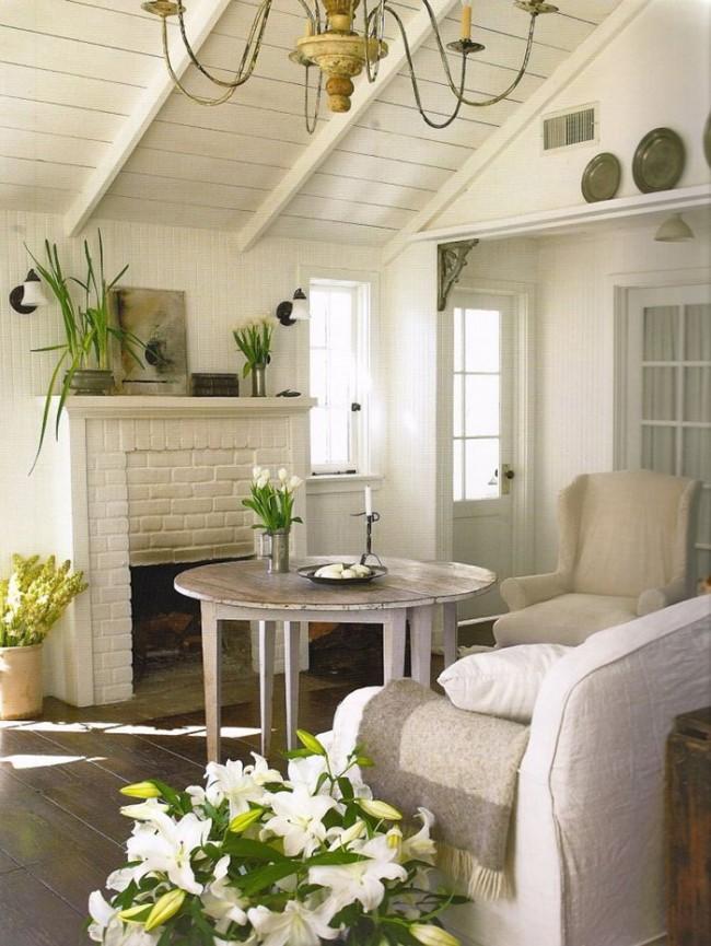 Утонченные цветки и сочная зелень идеально украшают пастельный интерьер