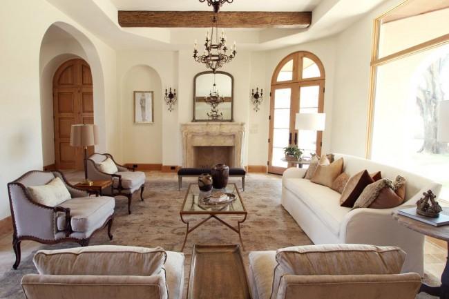 Красивая ажурная кованая люстра в прованской гостиной
