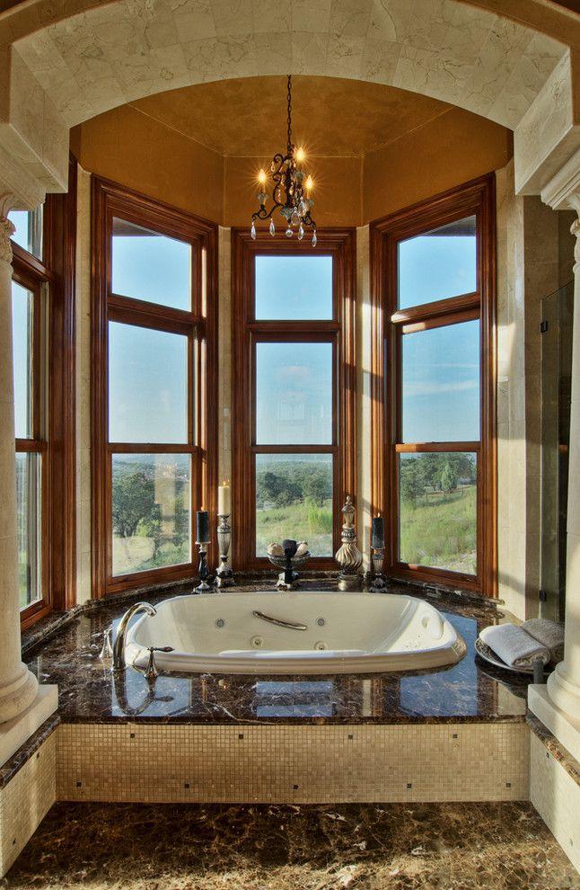 Классический интерьер ванной комнаты с джакузи