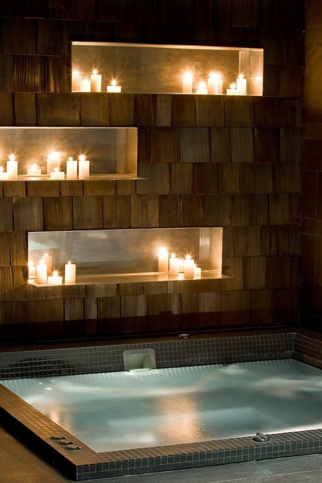 Джакузи при свечах очень романтично