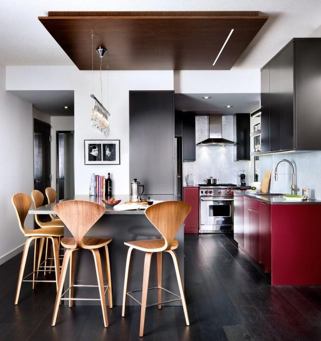 Кухня в современном стиле с люстрой со светодиодными лампами в виде свечек, а также с дополнительной подсветкой из точечных светодиодных светильников