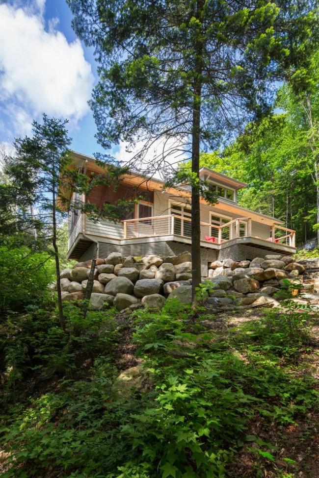 Одноэтажный каркасный дом с мансардой, построенный на холме