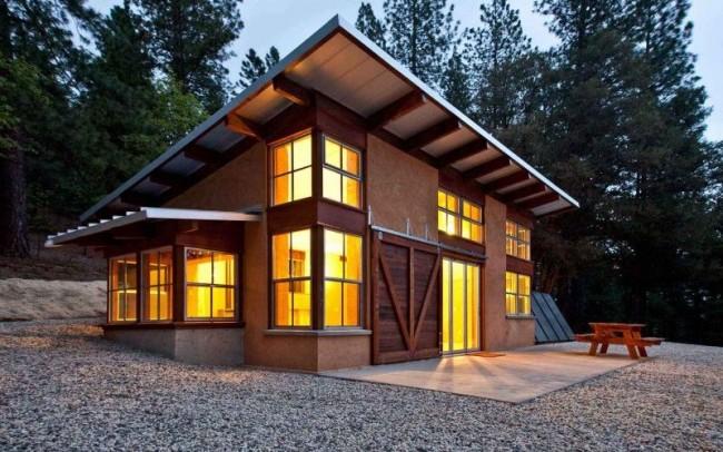Небольшой двухэтажный каркасный дом с верандой