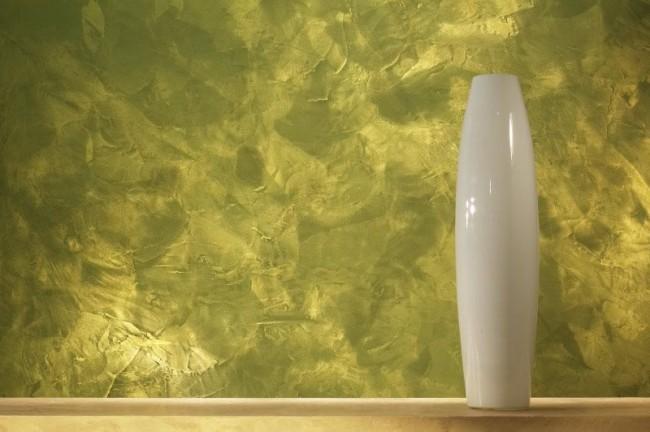 При попадании света на стену, краска с перламутром начинает играть невероятными сияющими бликами