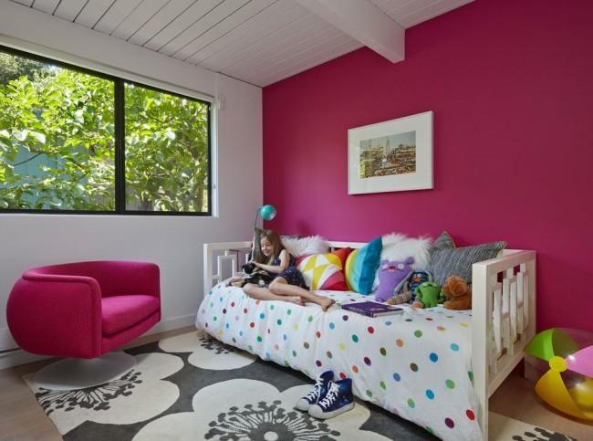 Благодаря своей экологичности водоэмульсионную краску можно использовать и для покраски детской комнаты