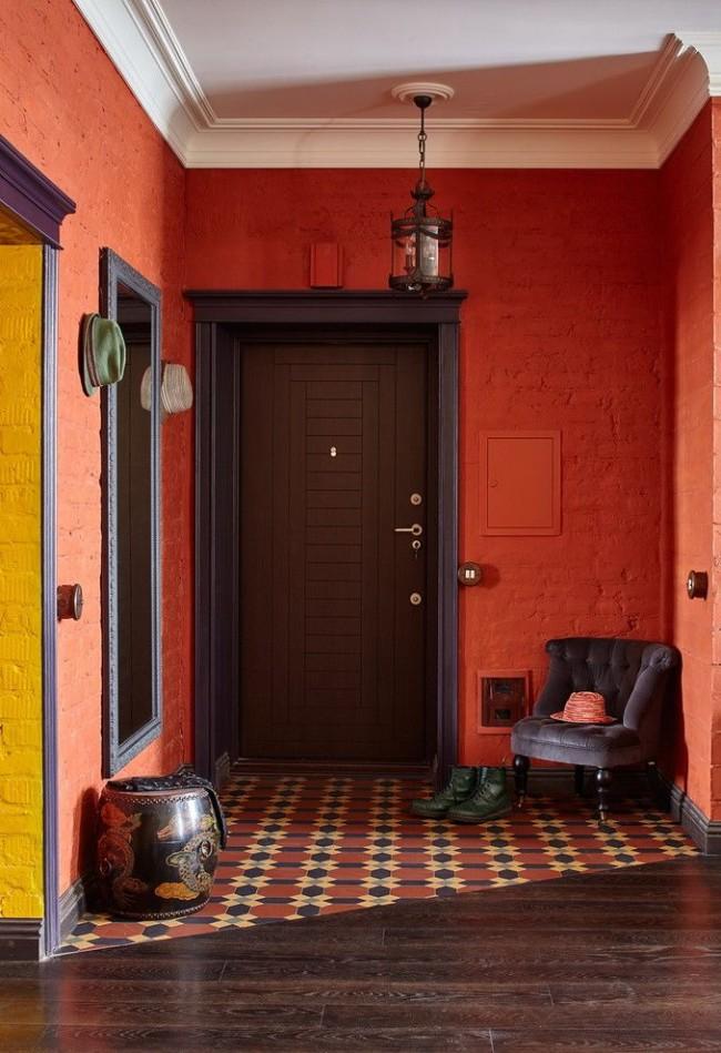Стильная прихожая с кирпичными стенами, окрашенными красной водоэмульсионной краской