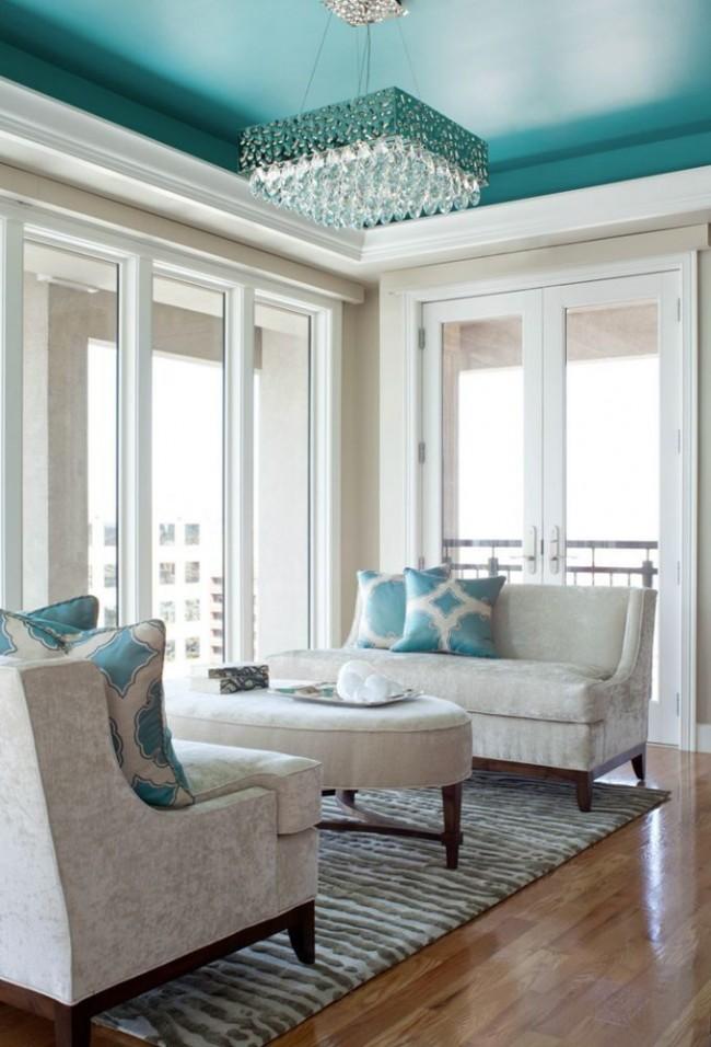 Гостиная в классическом стиле с бирюзовым потолком