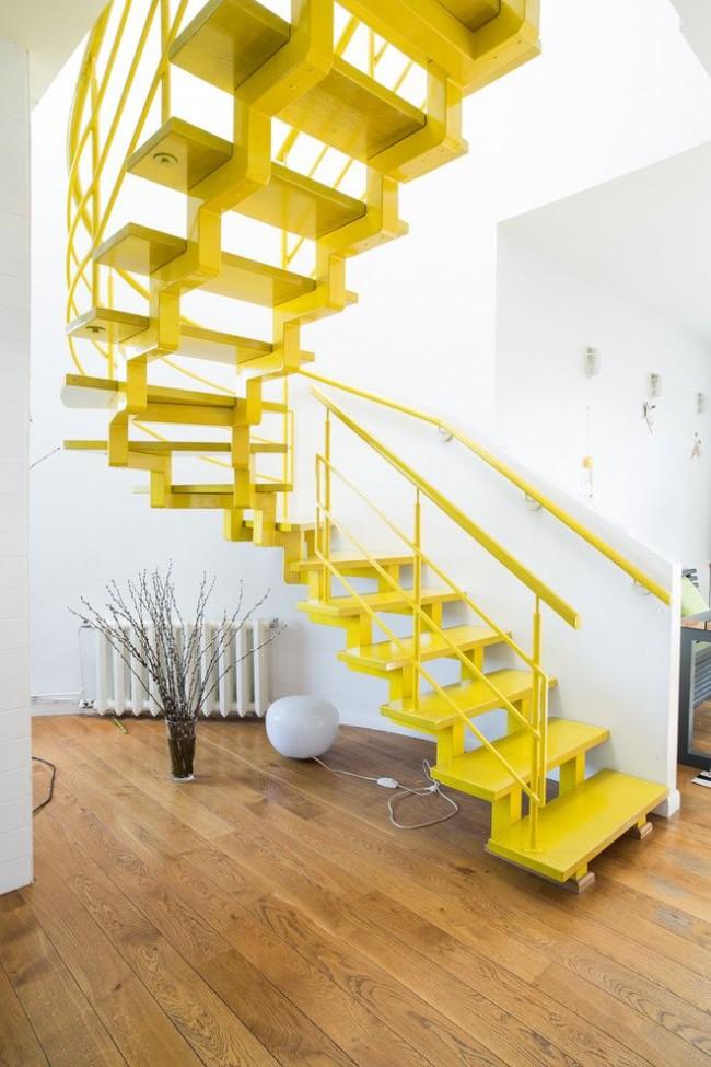 Ярко-желтая лестница с металлическим каркасом прекрасно смотрится в белом интерьере
