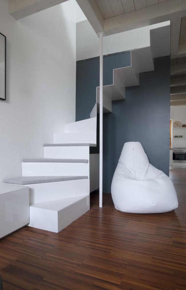 Белая металлическая лестница на второй этаж