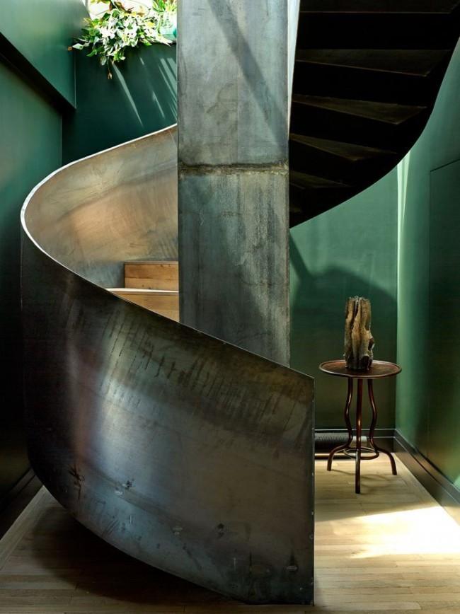 Стильная металлическая лестница