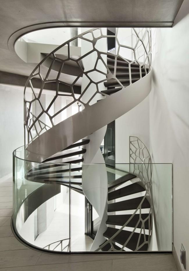 Лестница из нержавеющей стали открытого типа в стиле хай-тек