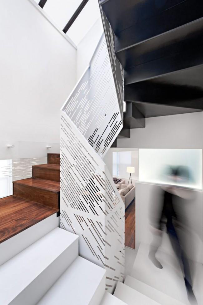 Лестница на второй этаж с комбинацией из стальных и деревянных ступеней
