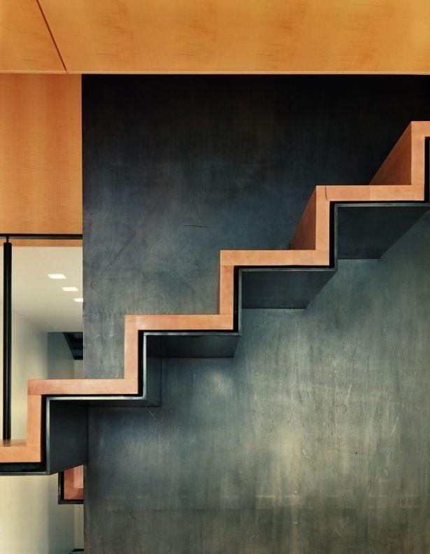 Необычное исполнение лестницы со ступенями из стены