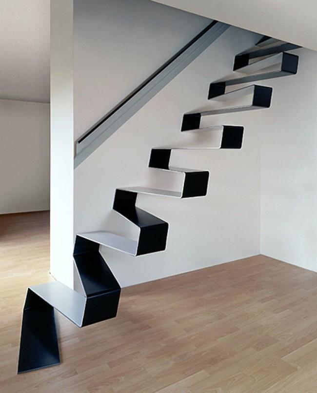 Металлическая лестница в виде змейки