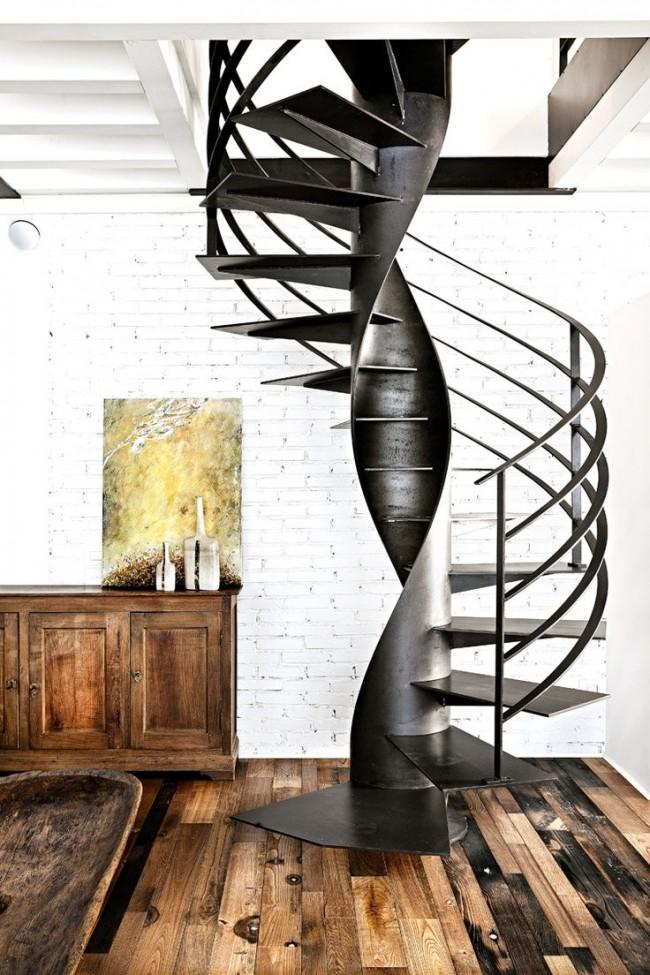 Лестница на второй этаж в стиле лофт