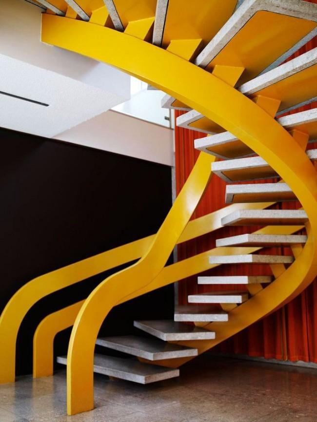 Эффектная лестница на желтом металлическом каркасе