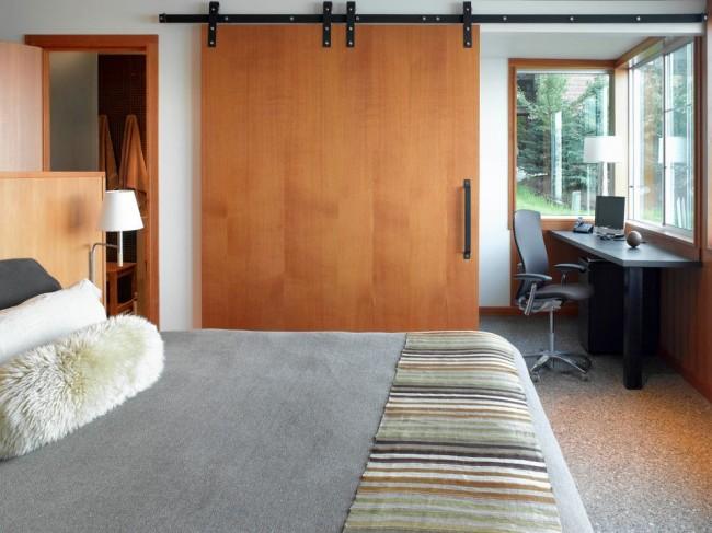 Шпонированная дверь в спальне стиля модерн