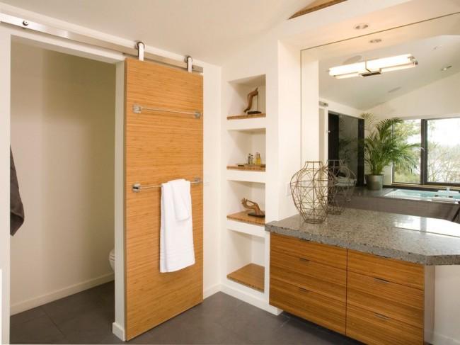 Дверь в ванной комнате из реконструированного шпона