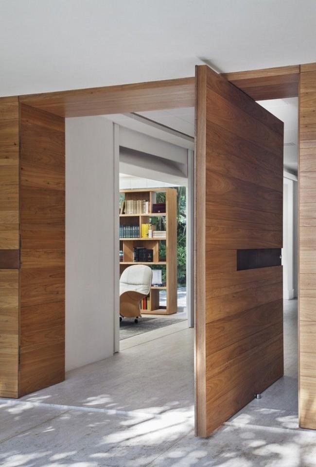 Поворотная дверь из шпона