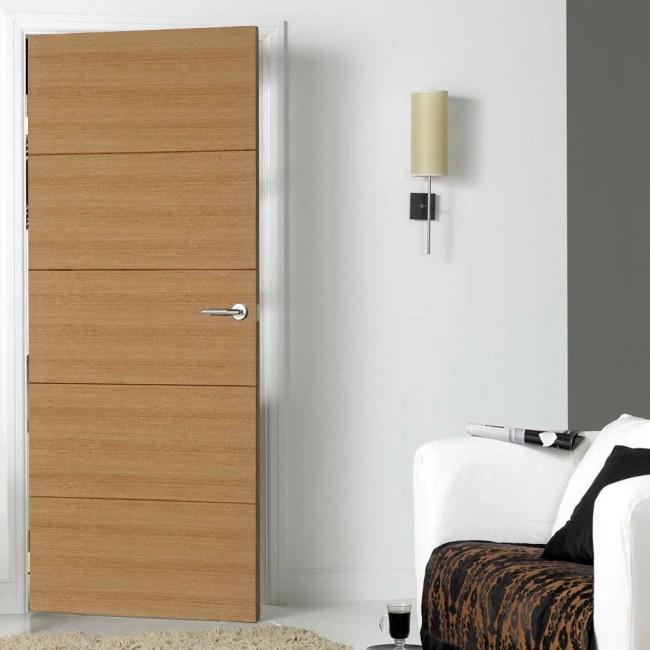Светлая шпонированная дверь с интересным дизайном