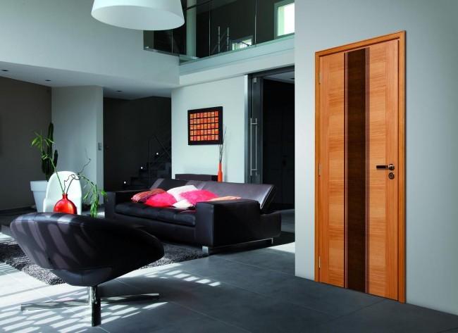Контрастный интерьер со шпонированной дверью