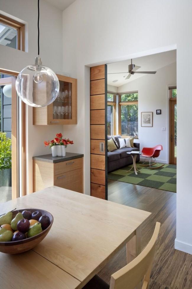 Шпонированная межкомнатная дверь в семейной комнате из клеенного бруса