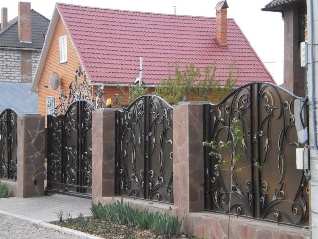 Распашные ворота и калитка с кованым узором