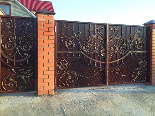 Красивые металлические распашные ворота с коваными элементами