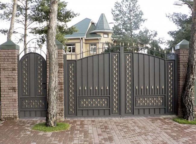 Ворота загородной усадьбы с калиткой