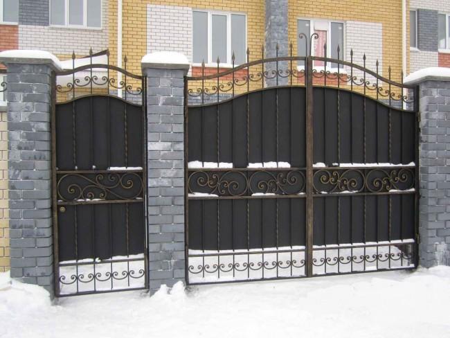 Зимние сугробы могут стать препятствием для открытия распашных ворот и калитки