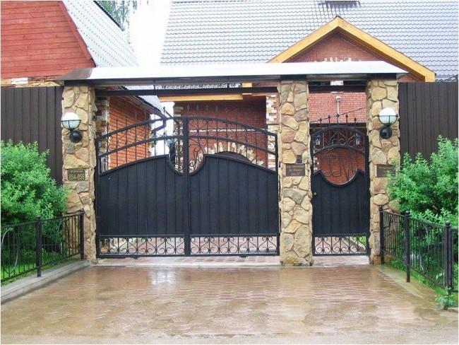 Распашные ворота и калитка из металла со столбами из декоративного камня