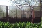 Фото 18 Металлические распашные ворота с калиткой (44 фото): особенности выбора и установки