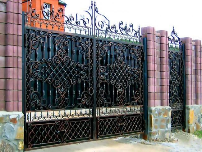 Великолепные кованые распашные ворота с калиткой