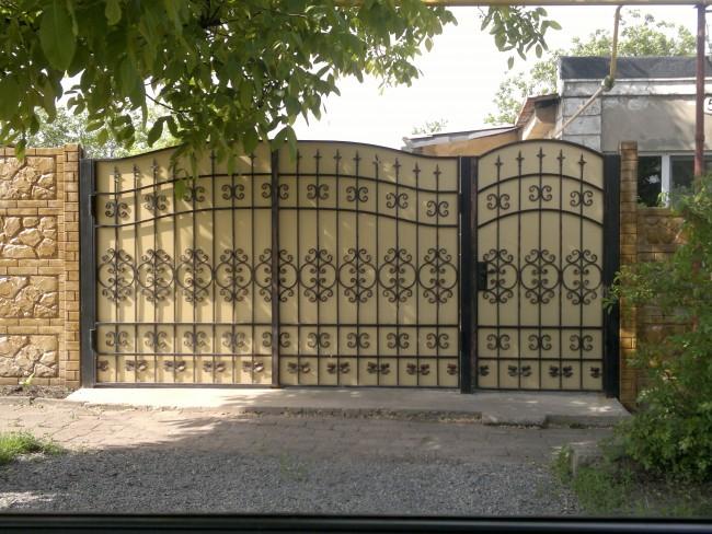 Двустворчатые распашные ворота с калиткой