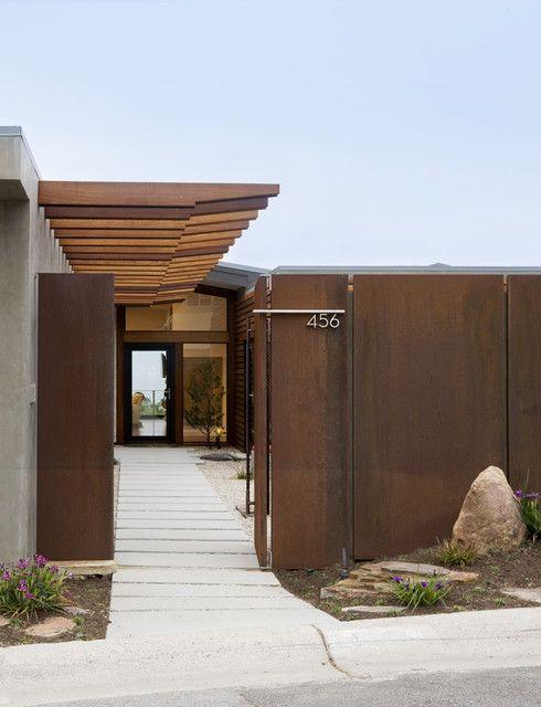 Распашные металлические ворота в стиле модерн