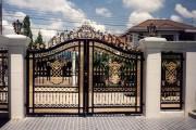 Фото 14 Металлические распашные ворота с калиткой (44 фото): особенности выбора и установки