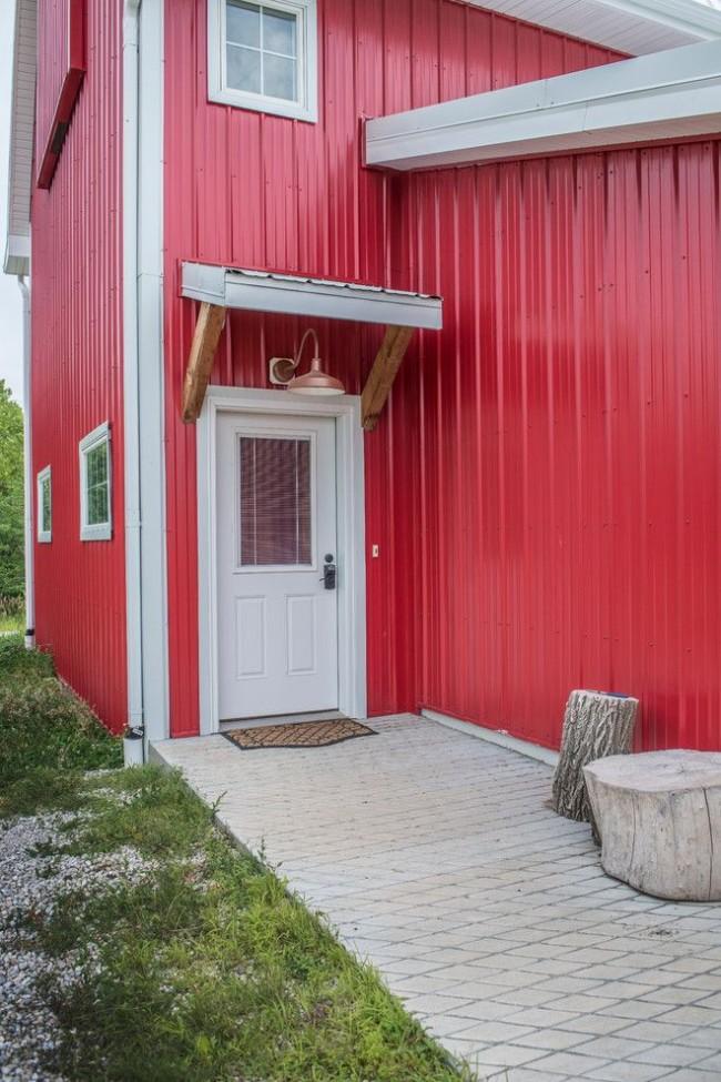 Симпатичный маленький дом с металлосайдином с полиэстром