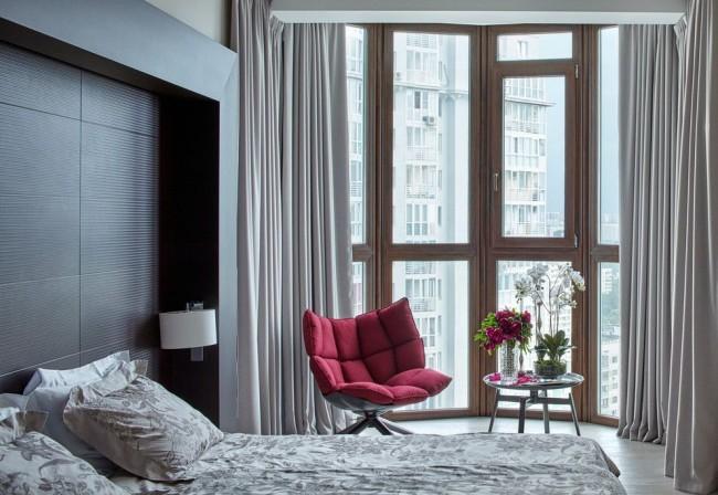Стильная спальня с панорамным металлопластиковым окном