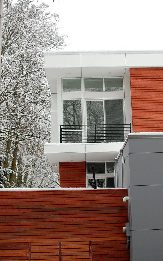Фасад загородного дома с металлопластиковыми окнами