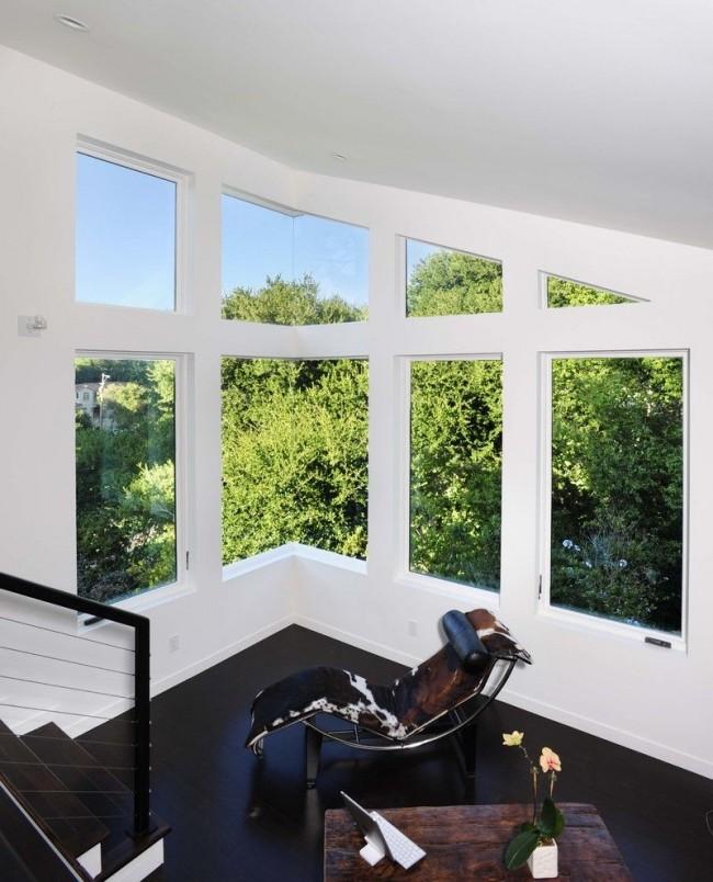 Интересный угловой коридор с пластиковыми окнами