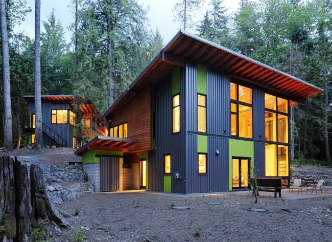 Яркая краска на фасаде дома разбавляет строгость серого цвета металла