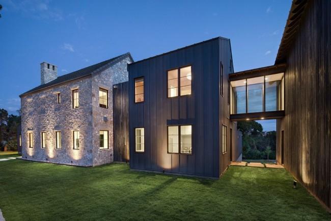 Солидный и роскошный дом, сочетающий в своей отделке камень, металл и дерево - впечатляющий экстерьер