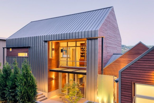 """Металлическая наружность делает дом визуально """"легким"""", гармонично вписывая его в ландшафт"""